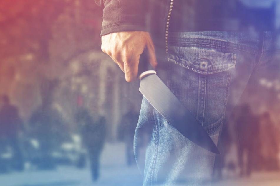 Der Tatverdächtige soll mit einem Messer auf drei Menschen eingestochen haben.(Symbolbild)