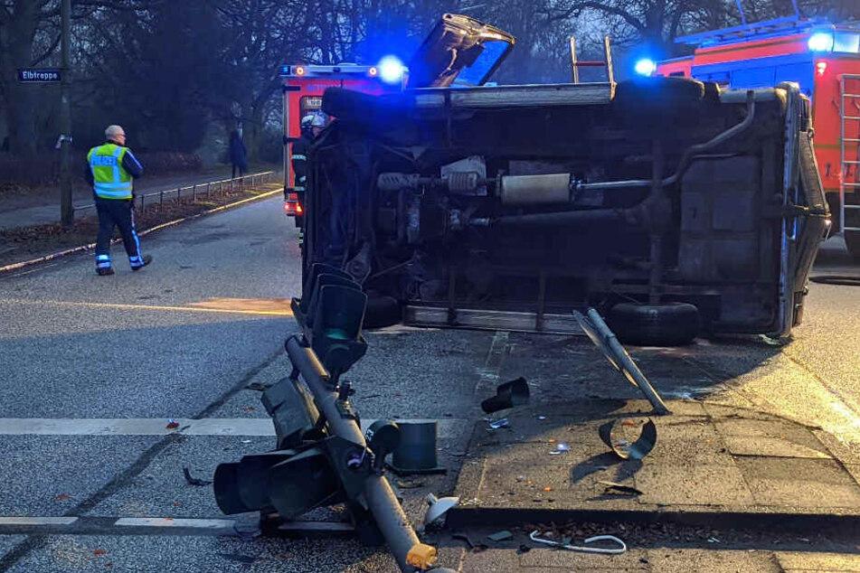 Dodge-Fahrer zerstört Ampel auf der Elbchaussee