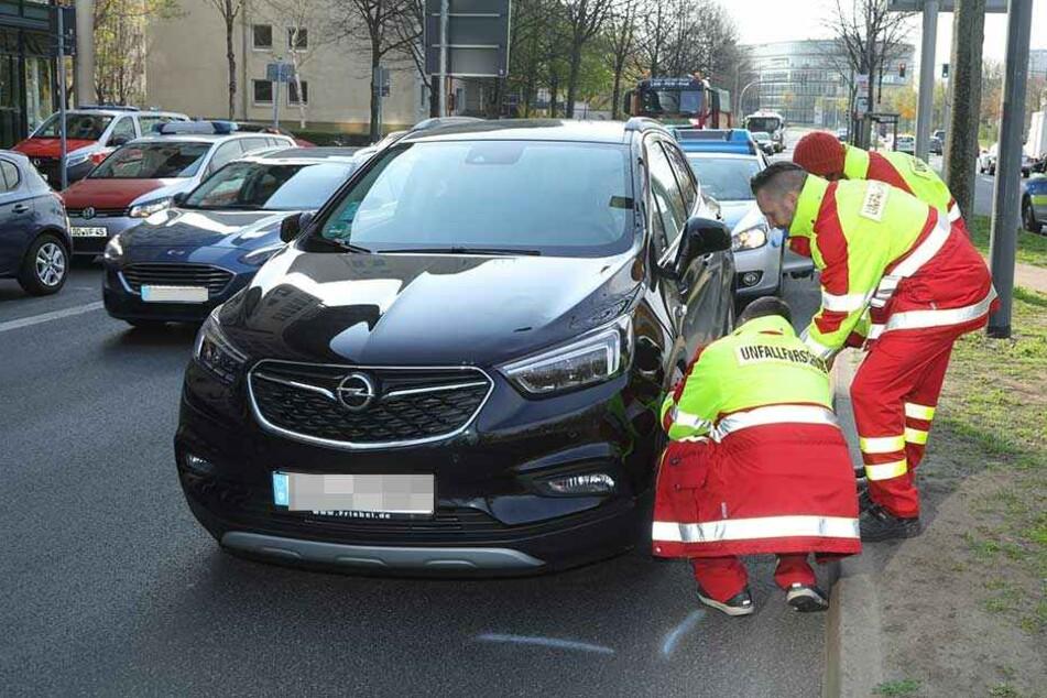 Der Opel hatte zuvor ein Kind angefahren, es wurde verletzt und in die Klinik gebracht.