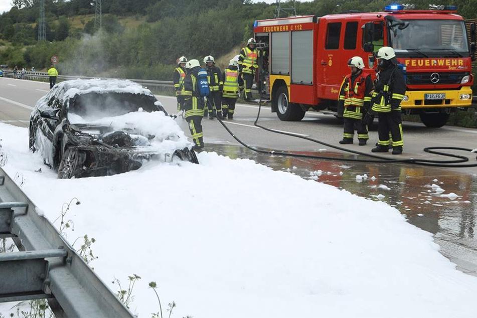 Autobahn nach Prag voll gesperrt: BMW M4 steht plötzlich in Flammen
