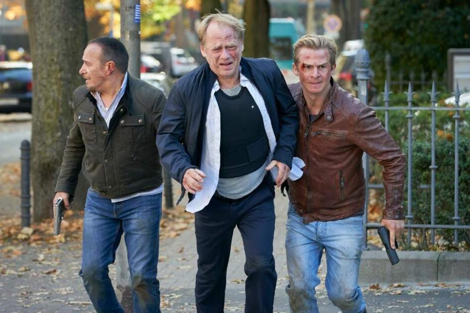 Eine Gruppe skrupelloser Killer trachtet dem ehemaligen Lokführer Michael Kemper (Rainer Strecker) nach dem Leben. Semir (Erdogan Atalay, Mi.), Paul (Daniel Roesner, l.) und ihr Schützling versuchen ihren militärisch präzise agierenden Gegnern zu entkomme