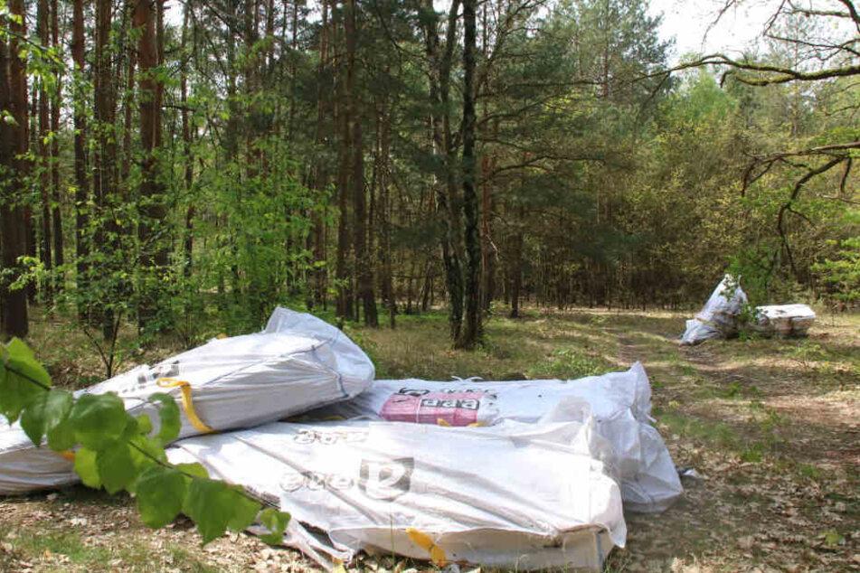 Mehrere Tonnen Asbestmüll wurden in Plastiktüten und planen in einem öffentlichen Waldstück entsorgt.