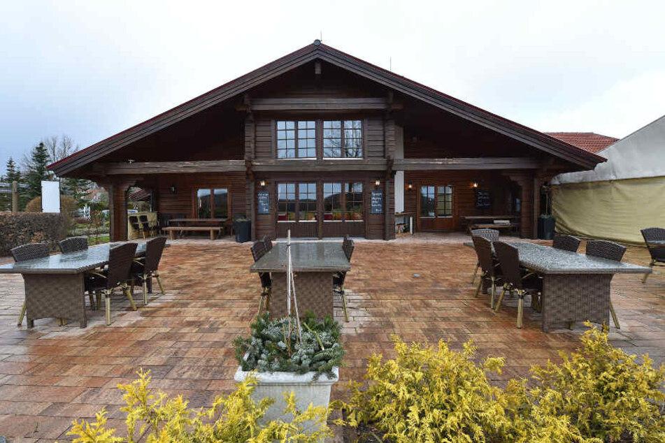 Zieht das Frühjahr ein, werden nicht nur die Öffnungszeiten verlängert, sondern wird auch auf der Terrasse bedient.
