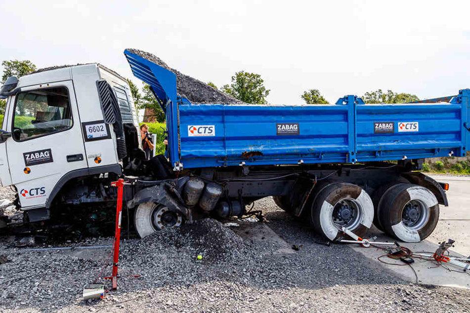 Nach nur 64 Zentimetern kommt der LKW zum Stehen, kann nicht weiterfahren. 1,50 Meter war die geforderte Norm.