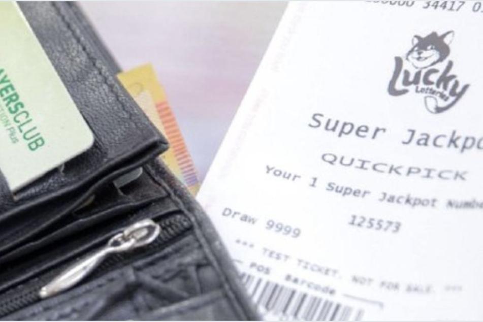 Mann ist fassungslos, als er alten Lottoschein aus seiner Brieftasche überprüft