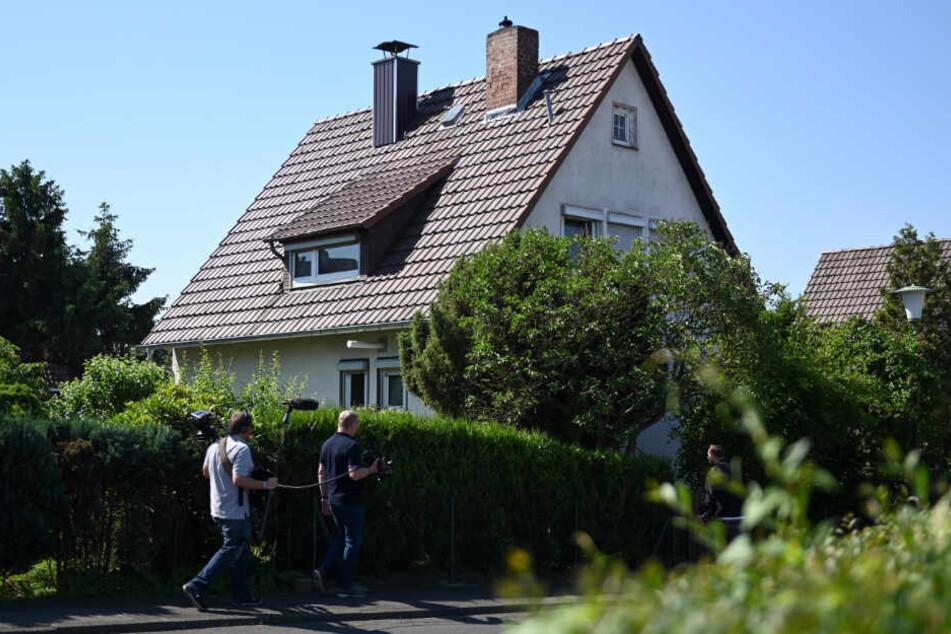 Journalisten gehen vor dem Wohnhaus von Stephan E., Tatverdächtiger im Mordfall des Kasseler Regierungspräsidenten Walter Lübcke.