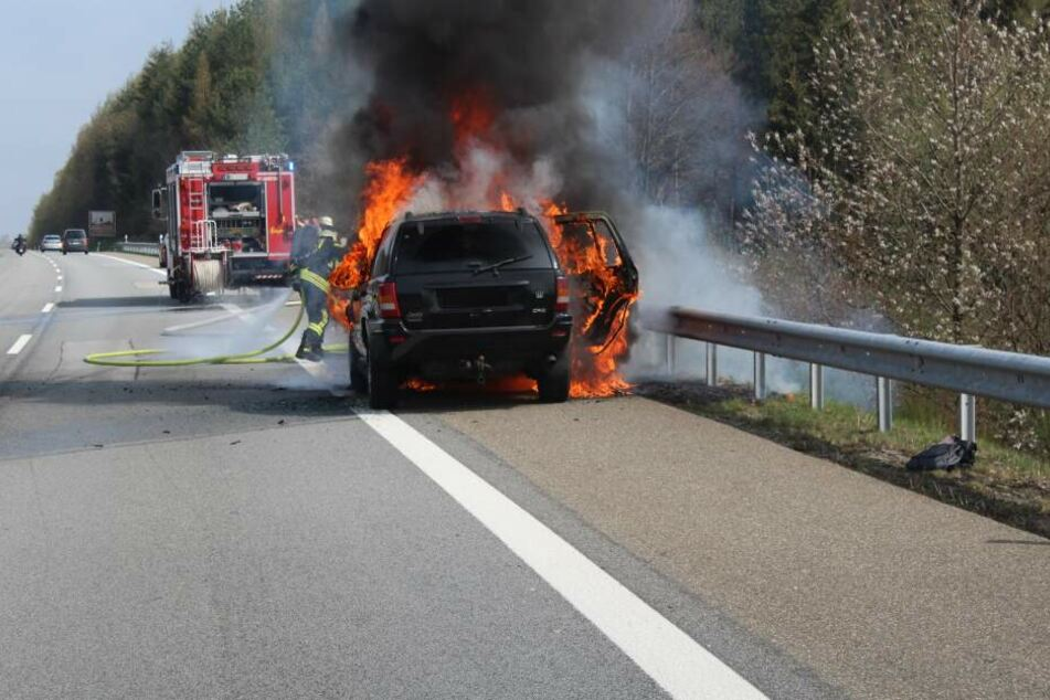 Der SUV brannte komplett aus. Der Pferdeanhänger wurde vorher von dem Lkw-Fahrer abgekoppelt.