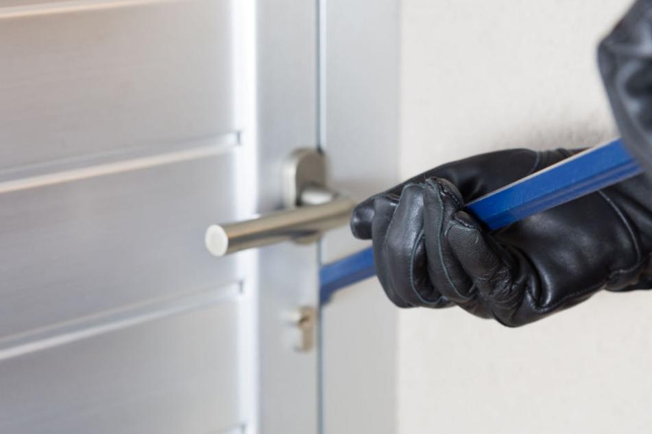 Der Einbrecher machte sich an der Terassentür zu schaffen.