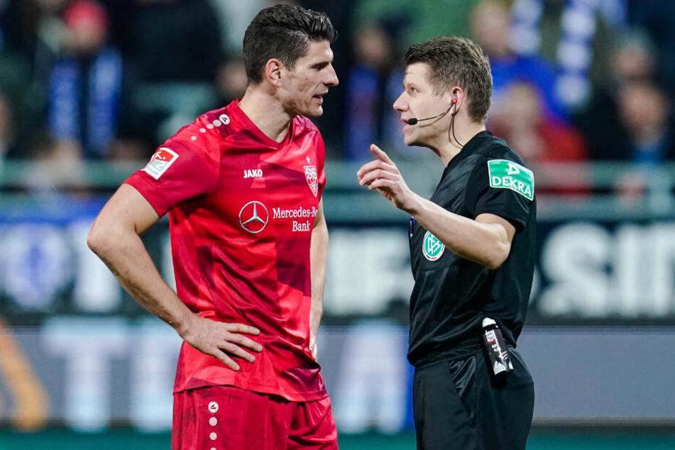 Nach der Abseitsentscheidung: Gomez im Gespräch mit Schiedsrichter Patrick Ittrich.
