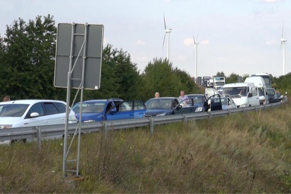Der Autobahnzubringer von der A14 aus Richtung Leipzig kommend auf die A2 Richtung Hannover ist ebenfalls vollgesperrt.
