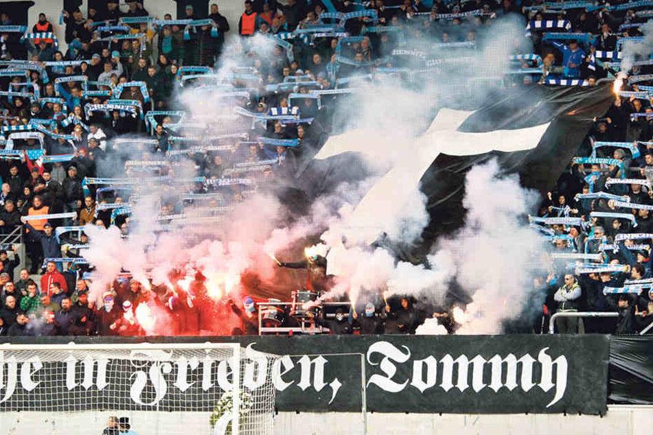 9. März, Chemnitz: In der Südkurve huldigen die Fans dem verstorbenen Neonazi Thomas Haller. Der CFC rutscht in eine tiefe Krise, verliert zwei Mal in Folge. Der Aufstieg ist für kurze Zeit in Gefahr.