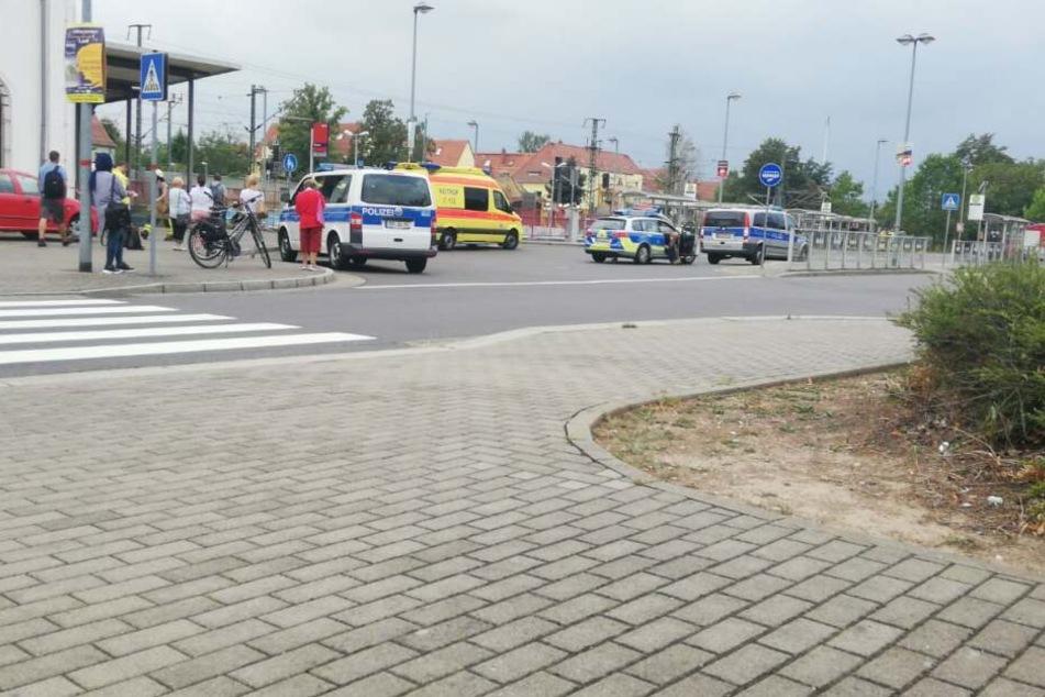 Am Mittwochnachmittag hat sich ein Mann in Wurzen vor einen durchfahrenden Intercity geworfen. Die Polizei stellte klar, dass er nicht gestoßen wurde.