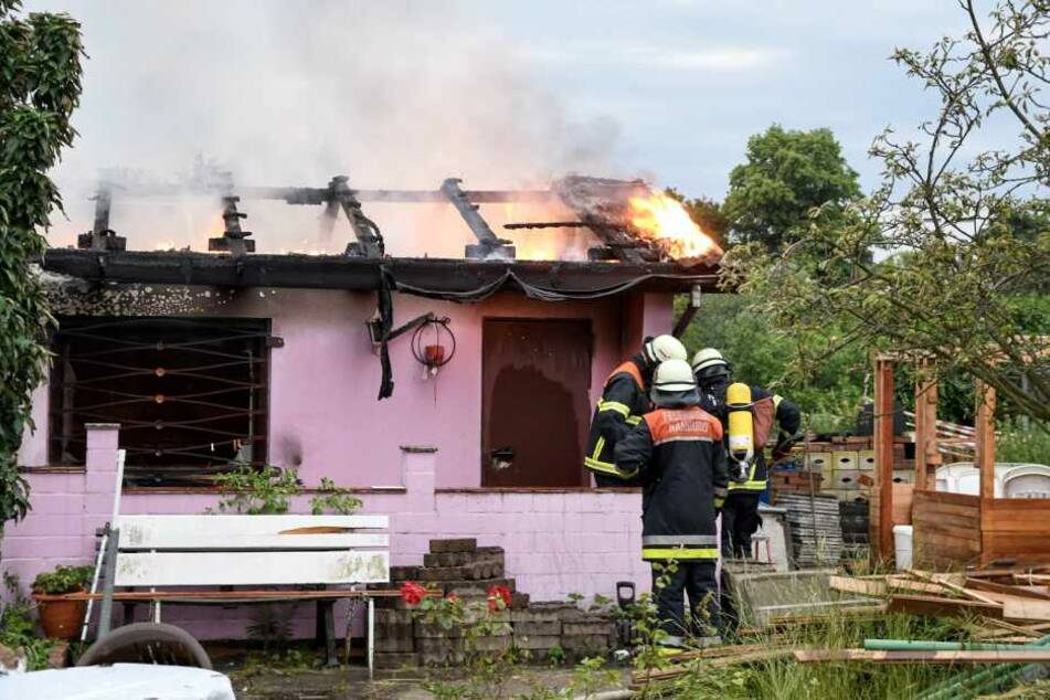 Die Einsatzkräfte der Feuerwehr löschen einen der Lauben-Brände in Wilhelmsburg.