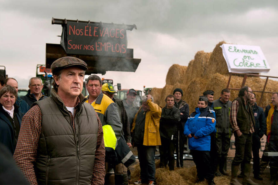 Bürgermeister Georges Balbuzard (Francois Cluzet; links) blockiert mit den Bauern seines Dorfes die Autobahn, um Aufmerksamkeit zu erregen.