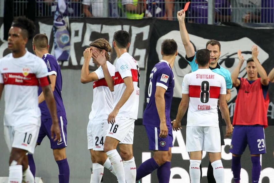 Schiri Felix Zwayer zeigt dem VfB-Linksverteidiger Borna Sosa die Gelb-Rote Karte.