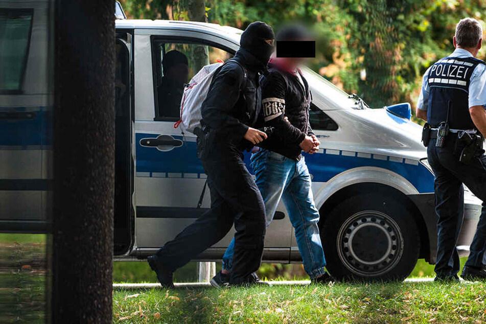 Die Polizei führte sieben mutmaßliche Rechtsterroristen bei der Bundesanwaltschaft in Karlsruhe vor.