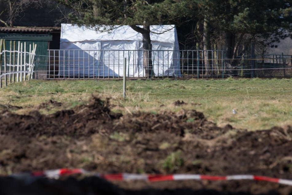 Große Teile des Hofes wurden von der Polizei umgegraben.