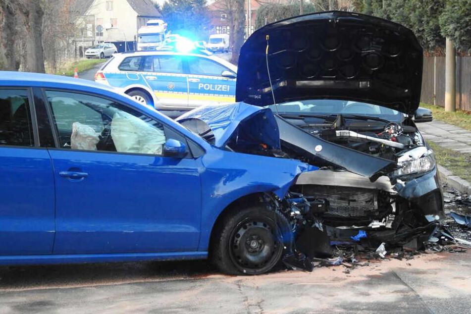 Offenbar gelangte die Mercedes-Fahrerin auf die Gegenfahrbahn. Ein frontaler Zusammenstoß war nicht mehr zu verhindern.