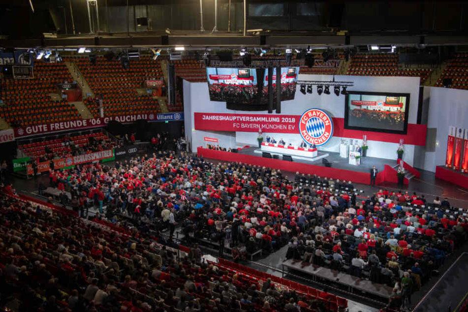Als die Mitglieder das Wort ergreifen, muss Uli Hoeneß Kritik einstecken.