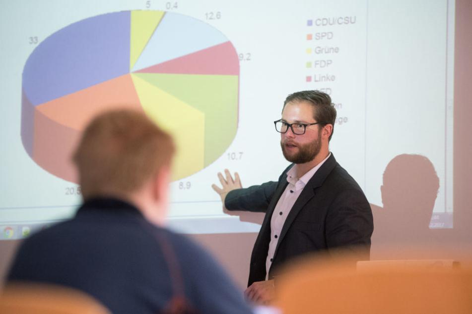 David Link (Mitte) unterrichtet in Stuttgart in der it.Schule eine Eingangsklasse des beruflichen Gymnasiums in dem Fach Informationstechnik. (Archivbild)