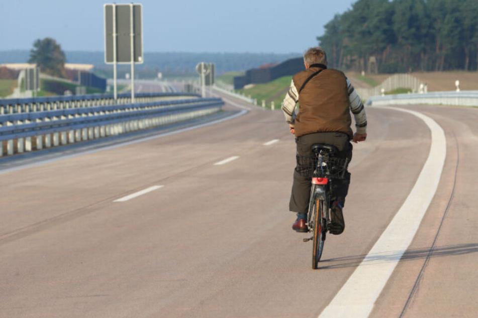 Ein Fahrradfahrer fährt auf der Autobahn.
