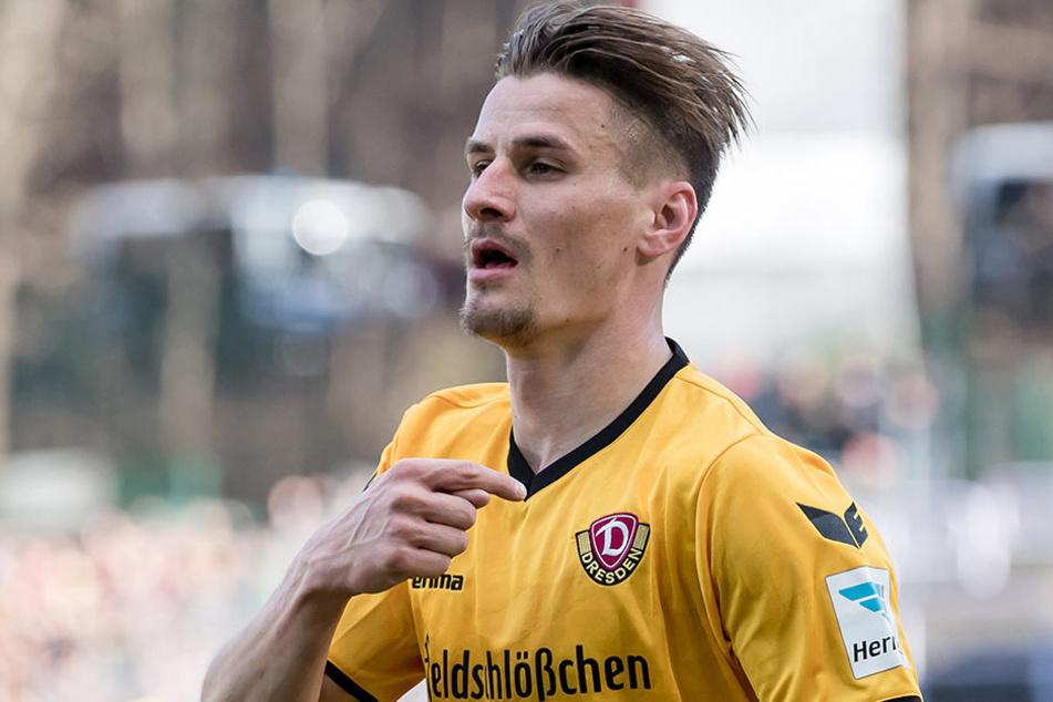 Stefan Kutschke zeigt es nach seinem Treffer an: Sein Herz schlägt für Dynamo.