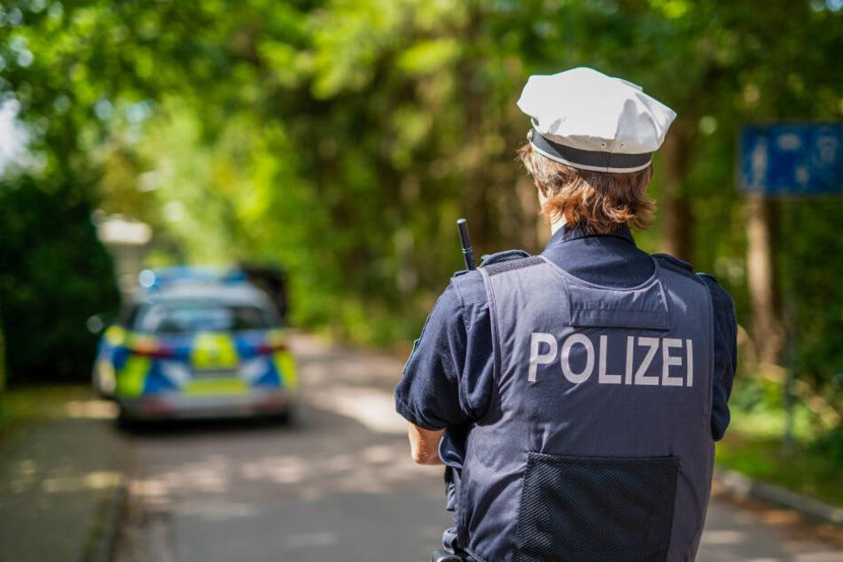Ein Polizist steht an einer Absperrung in der Nähe des Tatorts.