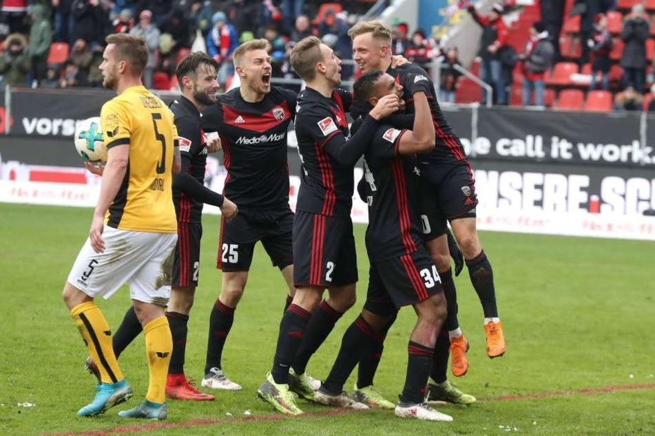 Manuel Konrad (l.) hat den Ball aus dem Dresdner Tor geholt, während die Ingolstädter ihr 4:2 feiern.