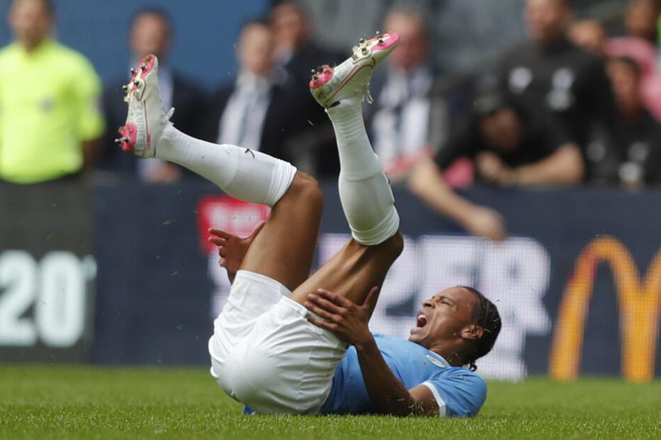 Manchesters Leroy Sane liegt verletzt auf dem Rasen.