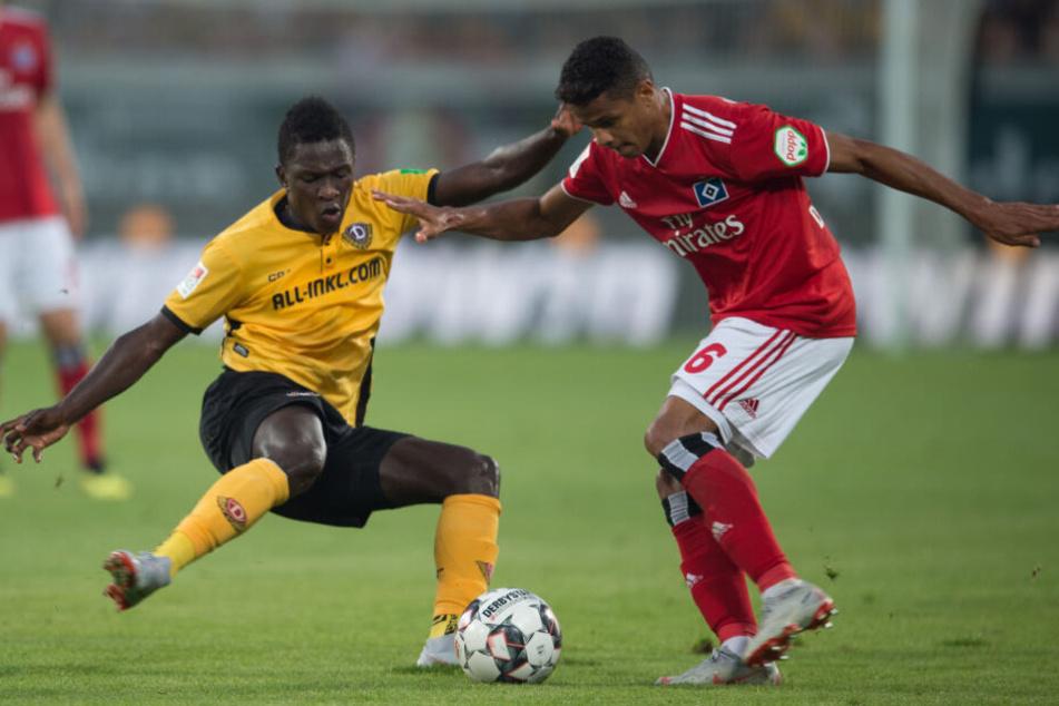 Douglas Santos lässt seinen Gegenspieler, hier Dynamo Dresdens Moussa Kone, mit einer Finte aussteigen.