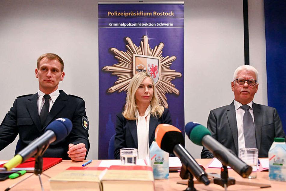 Betroffene Gesichter: Kriminalhauptkommissar Steffen Baudler, Oberstaatsanwältin Claudia Lange und Ermittler Detlef Schmidt (v.l.) schilderten auf einer Pressekonferenz die blutige Tat.