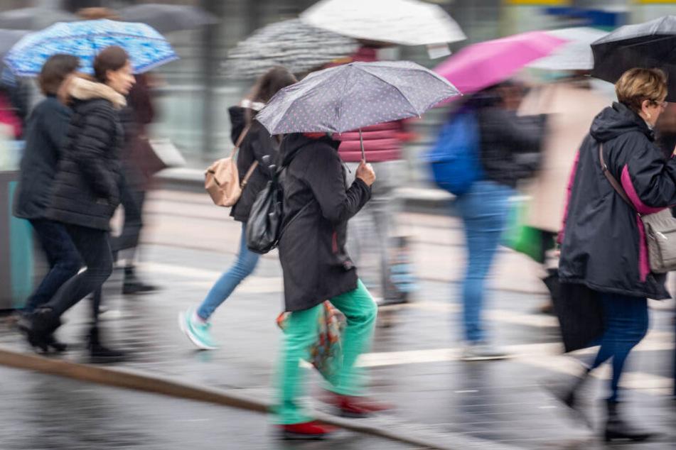 Einen Regenschirm sollten Hessen in den kommenden Tagen unbedingt dabei haben.