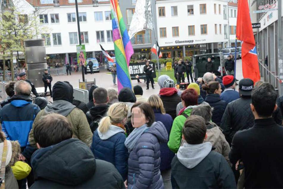 Gegendemonstranten werfen die Rechtsextremen jetzt Straftaten vor.