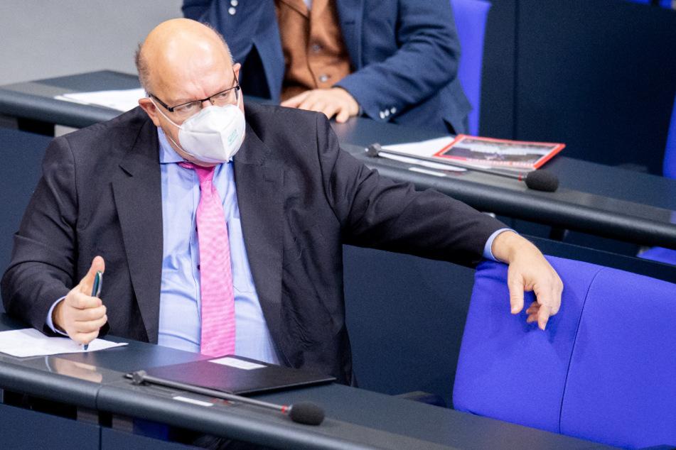 Peter Altmaier folgt einer Debatte im Bundestag.