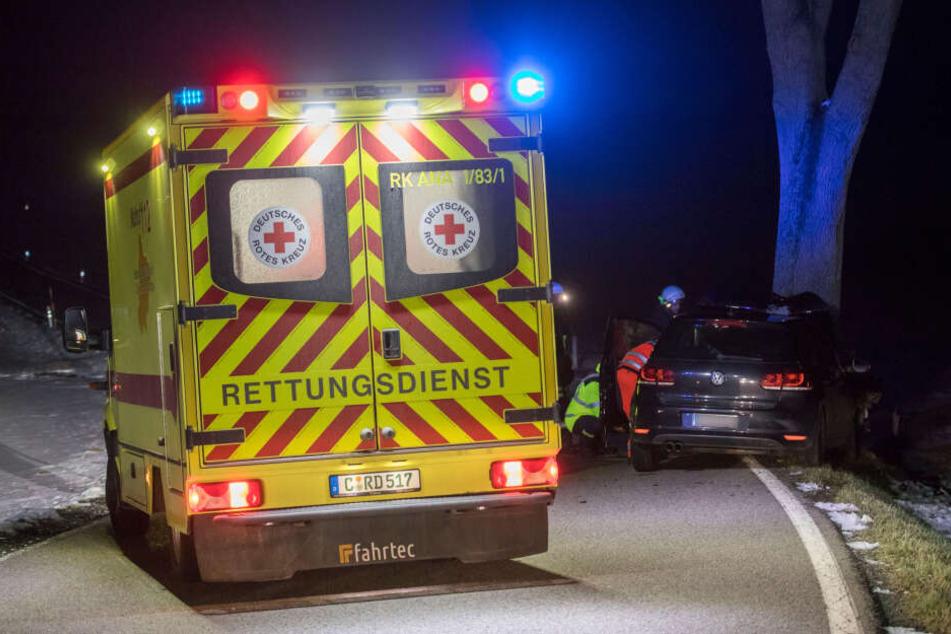 Die Rettungskräfte befreiten den Fahrer aus dem Auto und brachten ihn ins Krankenhaus.