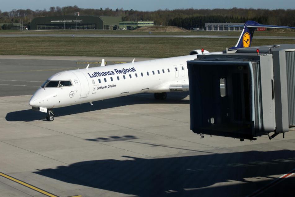 Auf dem Flughafen Rostock-Laage wird das erste Flugzeug der erweiterten Verbindung nach München abgefertigt.