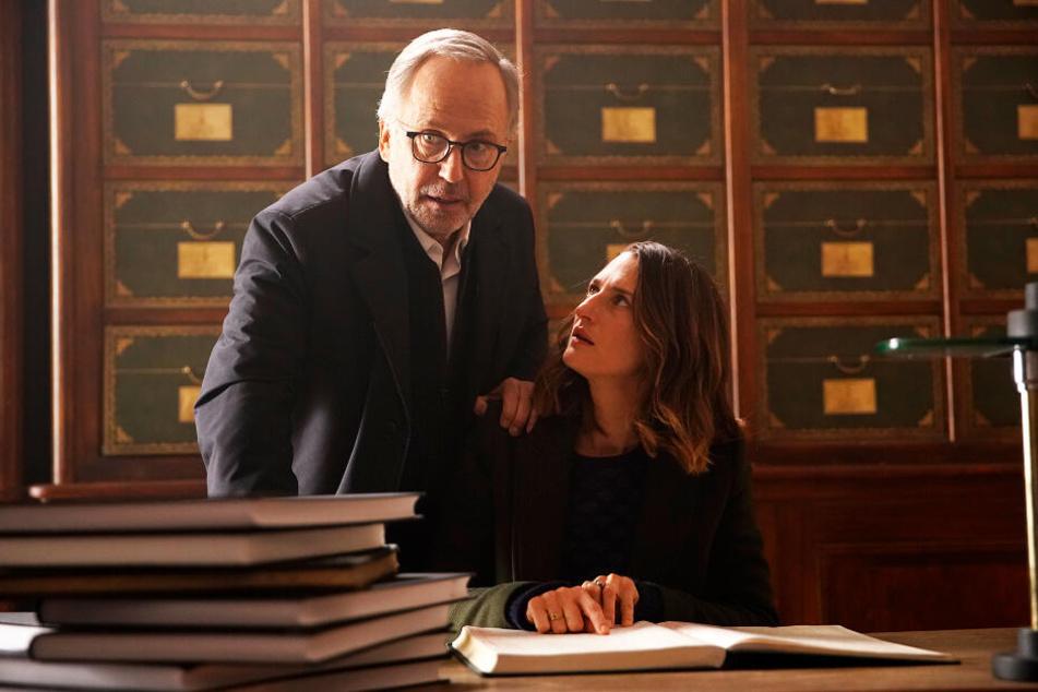 Jean-Michel Rouche (Fabrice Luchini) und Joséphine Pick (Camille Cottin) versuchen gemeinsam herauszufinden, wie der Roman zustande kam.