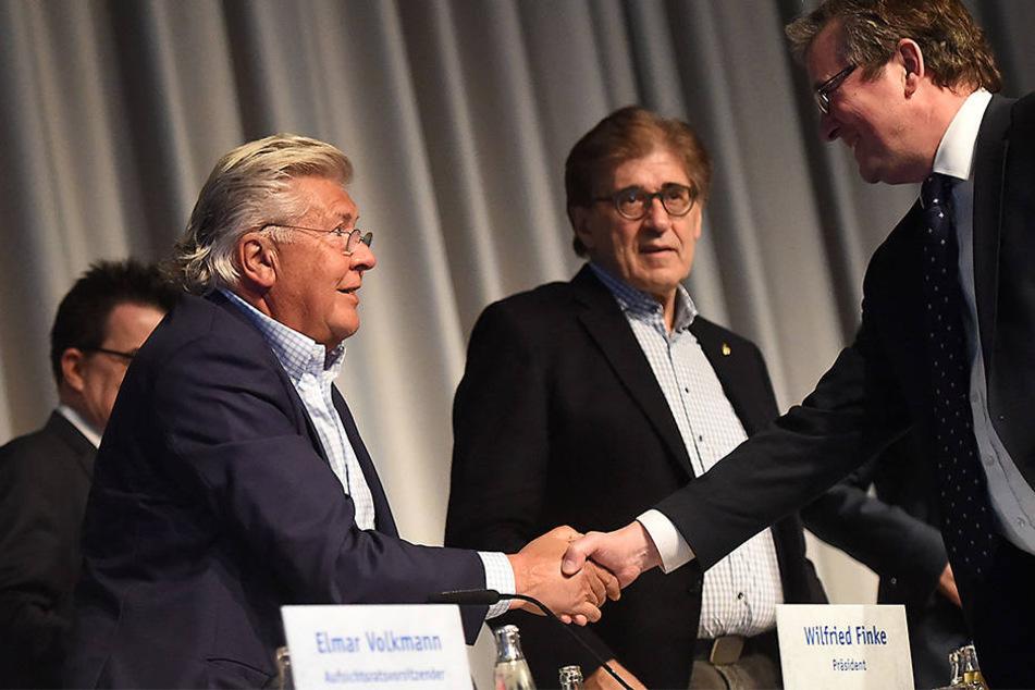 Hier geben sich SCP-Präsident Wilfried Finke und Bürgermeister Michael Dreier auf der JHV des Clubs die Hand.