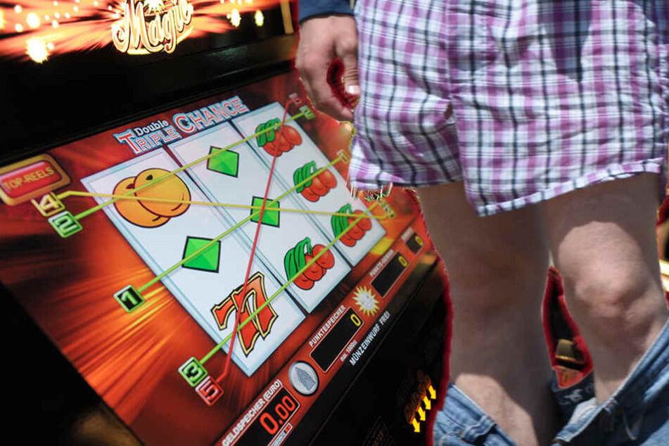Entblößer zieht in Casino blank und belästigt Frau