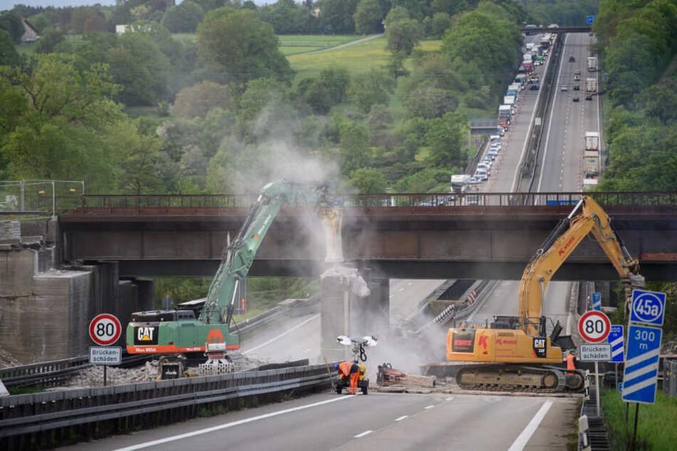 April 2018: Arbeiter reißen auf der Autobahn nahe Pforzheim-Ost eine Brücke ab.