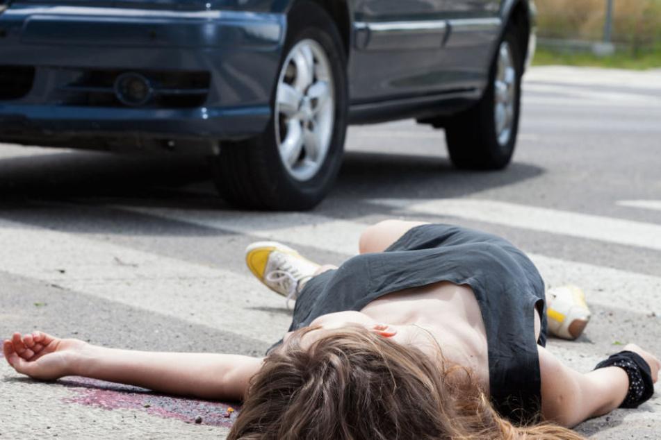 Die Frau wurde von ihrem Wagen überfahren, als sie ihr Gartentor schließen wollte. (Symbolbild)