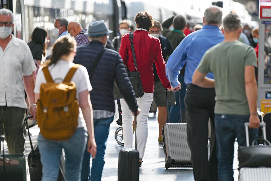 Auch Bahnreisende, die aus dem Ausland kommen, müssen sich ab Sonntag testen lassen.