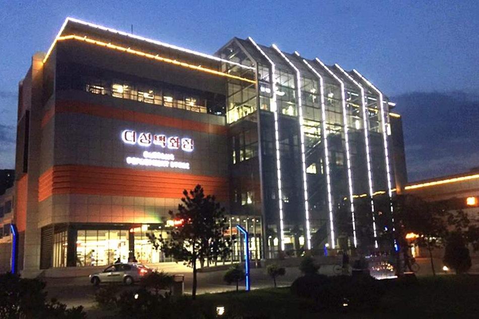 """Das Luxuskaufhaus """"Daesong"""" in Pjöngjang hat auch abends noch geöffnet."""