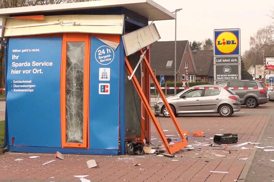 Mit einem lauten Knall und einer riesigen Explosion flog der Geldautomat in die Luft.