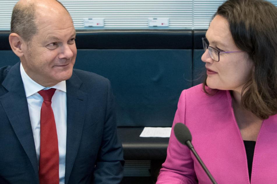 Scholz und Nahles unterhalten sich zu Beginn der Sitzung der SPD-Bundestagsfraktion im Deutschen Bundestag.