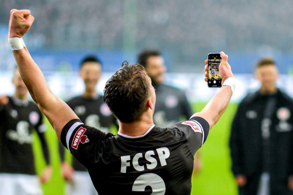 Leo Östigard posierte nach dem Sieg mit dem Handy in der Hand vor der Fankurve und machte ein Selfie.
