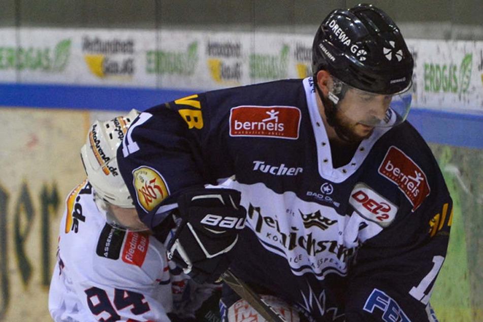 "Dresdner ""Play-off-Monster"": Eislöwe Steven Rupprich schirmt den Puck vorm Heilbronner Markus Eberhardt ab."