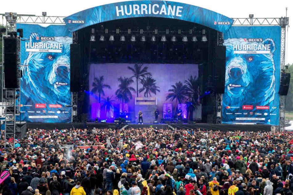 Besucher verfolgen das Konzert von Bonez MC und RAF Camora auf dem Hurricane Festival 2018.