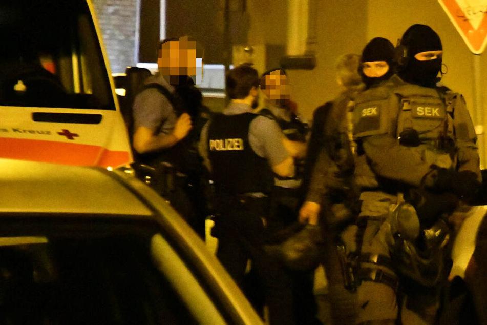 Das Foto zeigt Polizisten und SEK-Kräfte in Büttelborn.