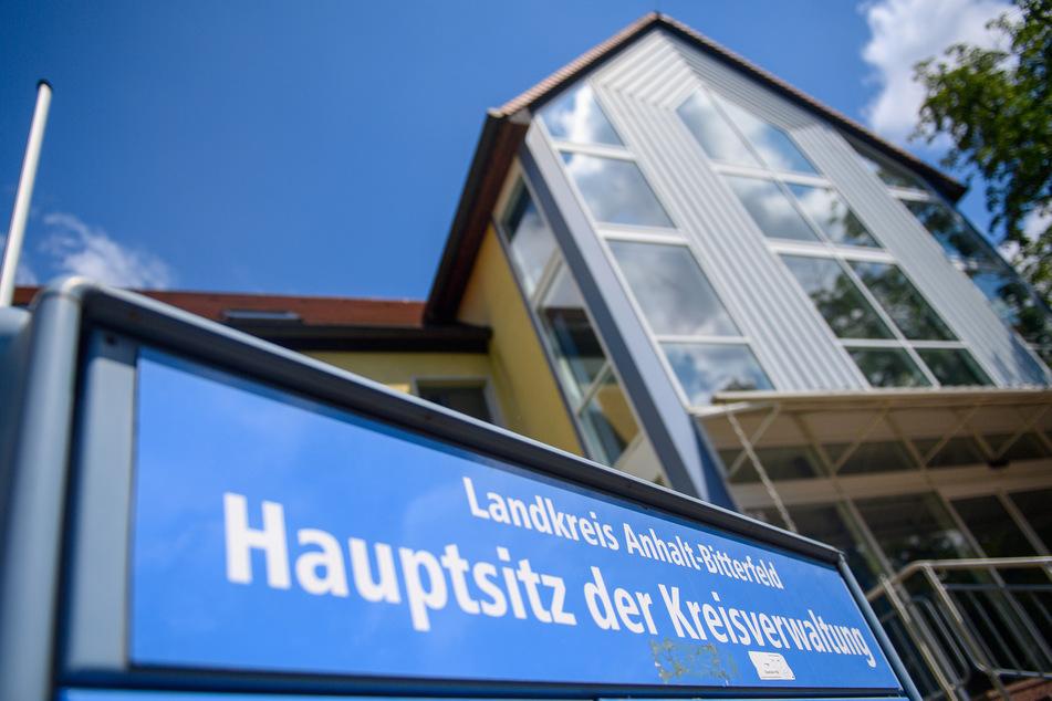 Nach dem schweren Cyber-Angriff auf das Netzwerk der Verwaltung im Landkreis Anhalt-Bitterfeld arbeiten Landes- und Bundesbehörden zusammen, um die Arbeitsfähigkeit schnellstmöglich wiederherzustellen.